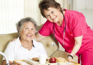 Ältere Dame mit Pflegerin